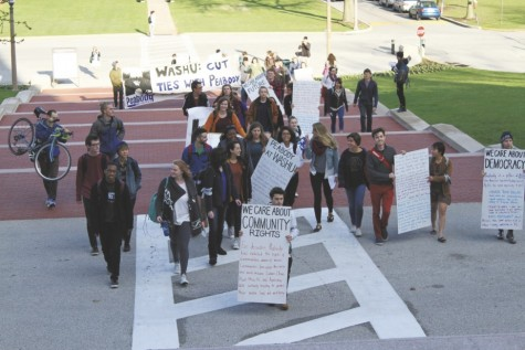Students Against Peabody ascend on the Brookings Quadrangle. (Credit: Stephen Huber)